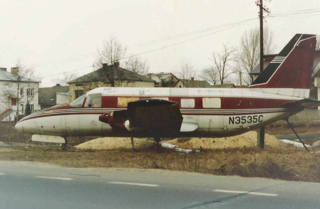 samolot stoi przy drodze