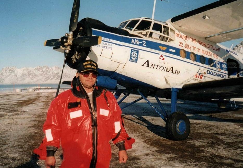 mężczyzna pilot stoi na tle samolotu