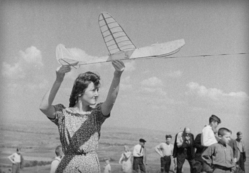 kobieta puszcza model samolotu