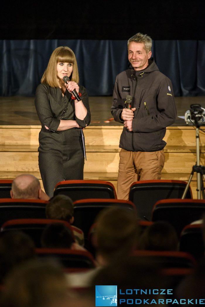 kobieta i mężczyzna stoją z mikrofonami w rękach, ona mówi