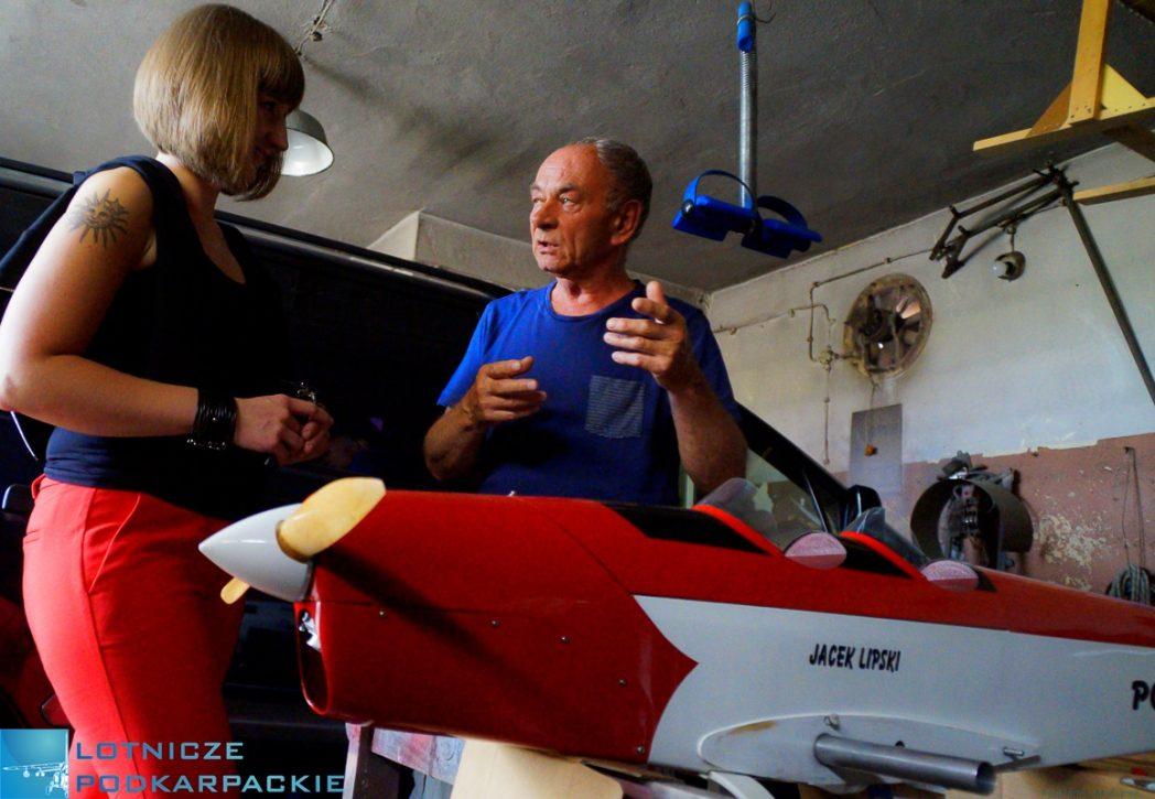model lotnictwo samolot mężczyzna dziewczyna garaż pomieszczenie rozmowa
