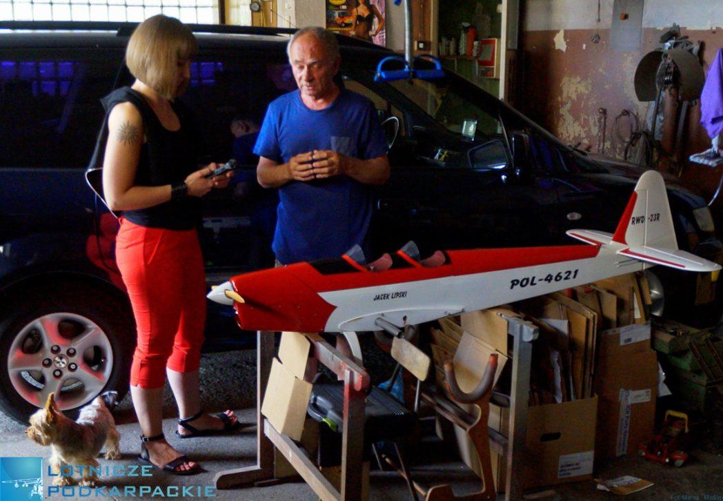 samolot model rozmowa garaż mężczyzna kobieta