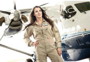kobieta pilot na tle samolotu