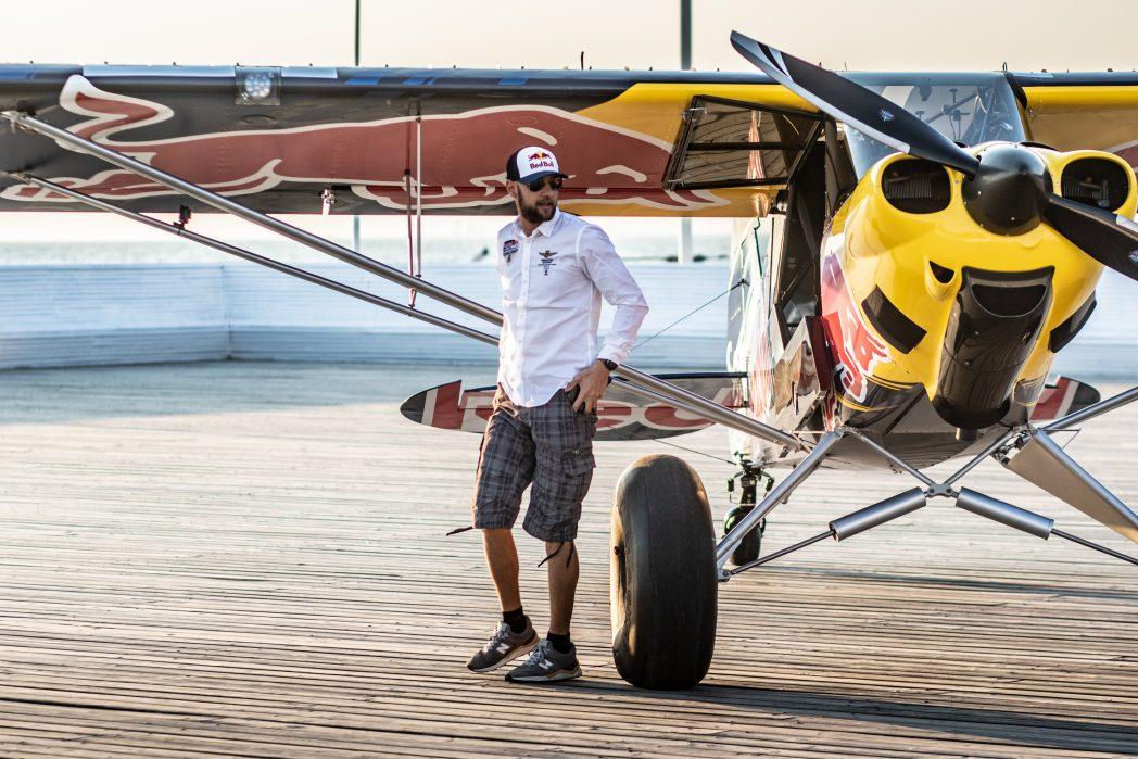 pilot przy samolocie stoi na molo