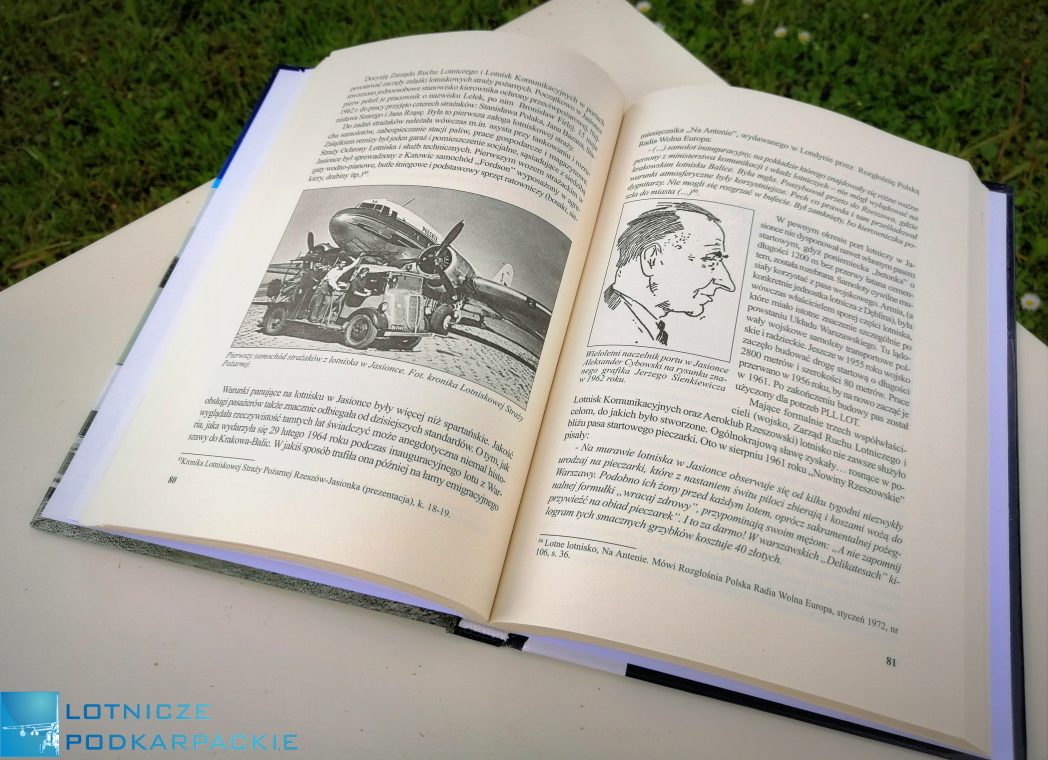 otwarta książka leży na białym stoliku