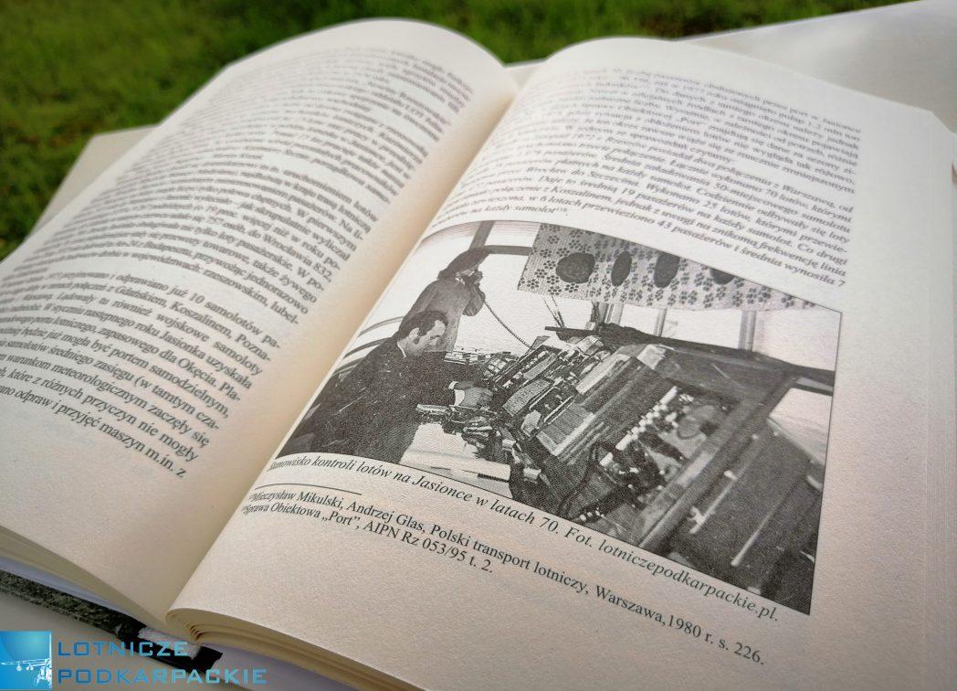 otwarta książka na której widać tekst i zdjęcie