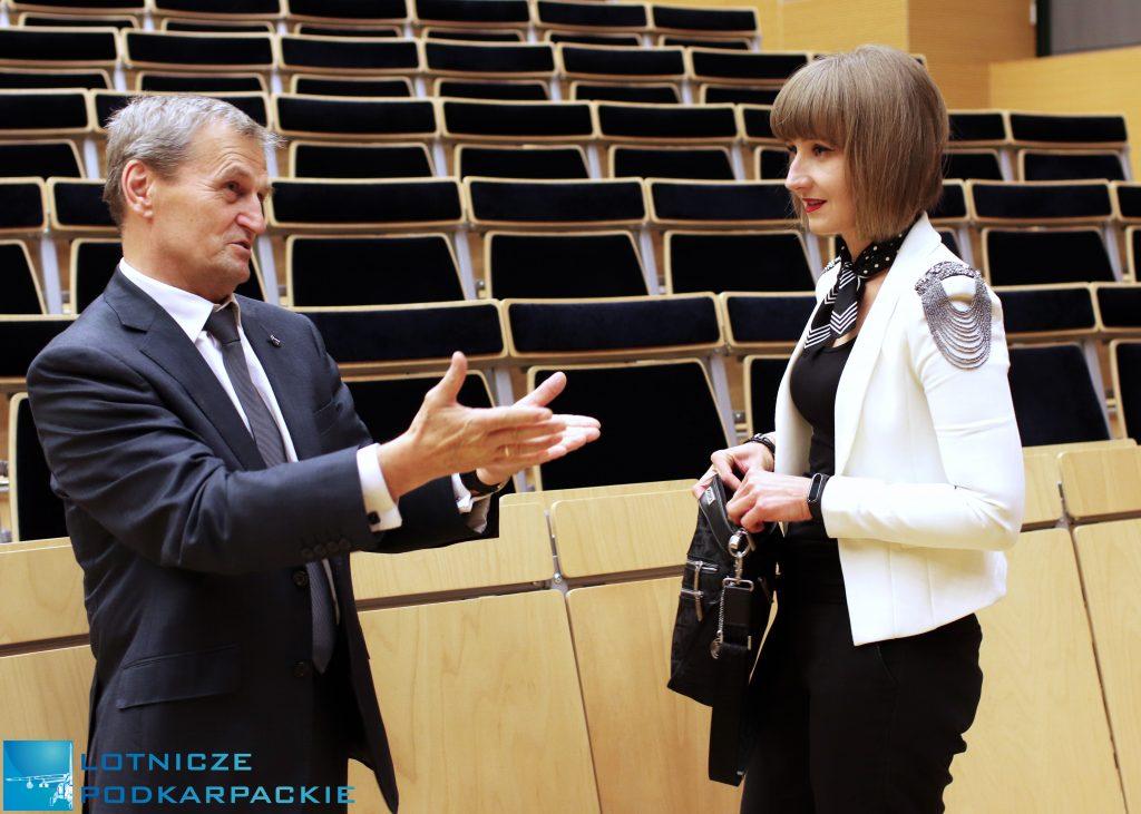 kobieta i mężczyzna stoją na sali