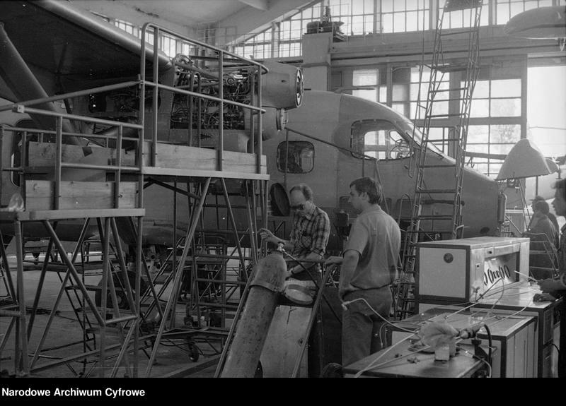 ludzie w fabryce budują samolot