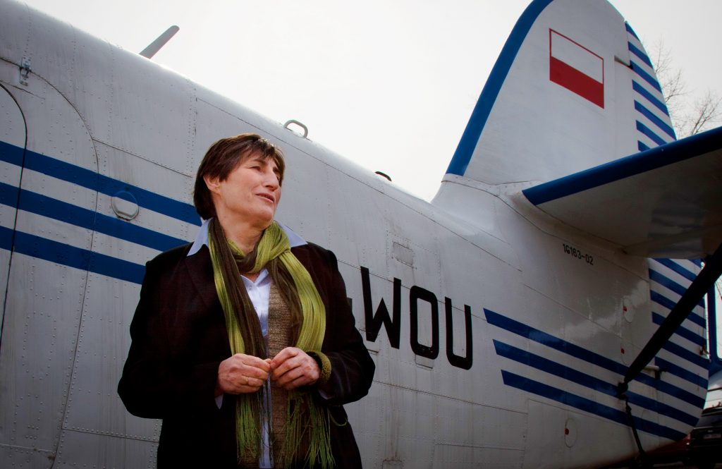 kobieta stoi na tle samolotu