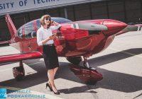 kobieta w czarnych okularach stoi na tle samolotu
