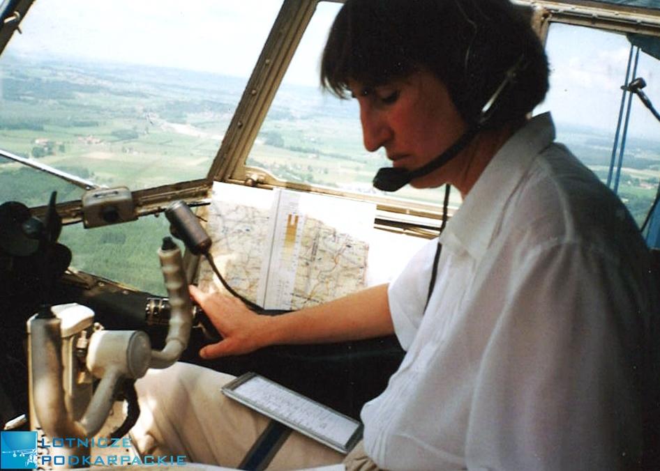 kobieta w kabinie samolotu siedzi