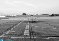 samolot stoi na płycie postojowej lotniska