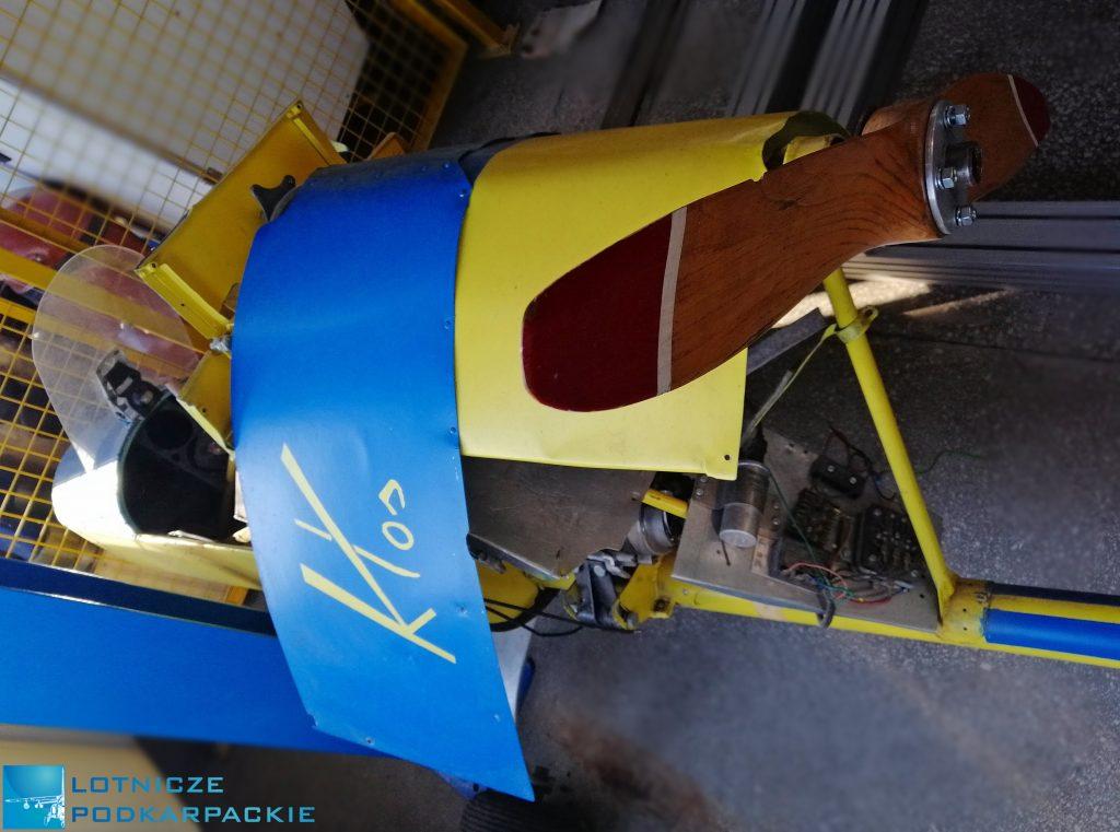 fragmenty żółto niebieskiego samolotu