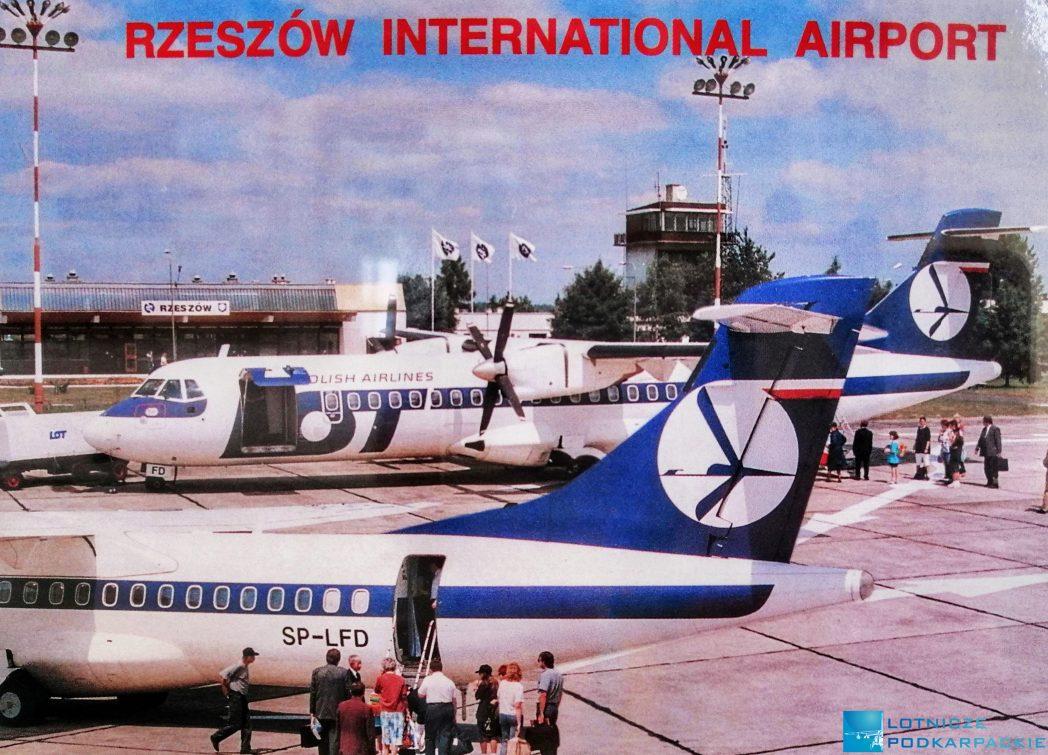 płyta lotniska, 2 samoloty liniowe, w tle wieża kontroli