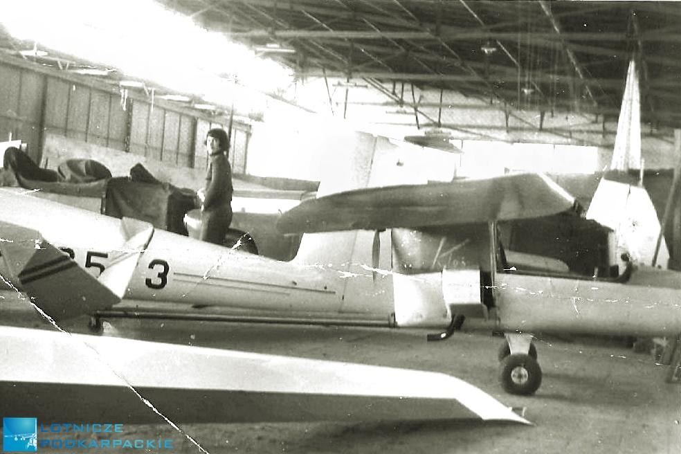 hangar z samolotami