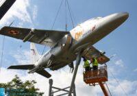 samolot wisi robotnicy dźwig niebieskie niebo