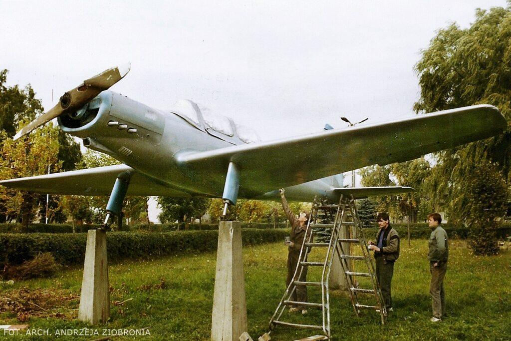 samolot pominik ludzie malują