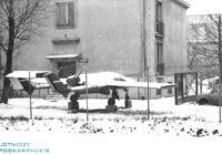 samolot przed budynkiem zima